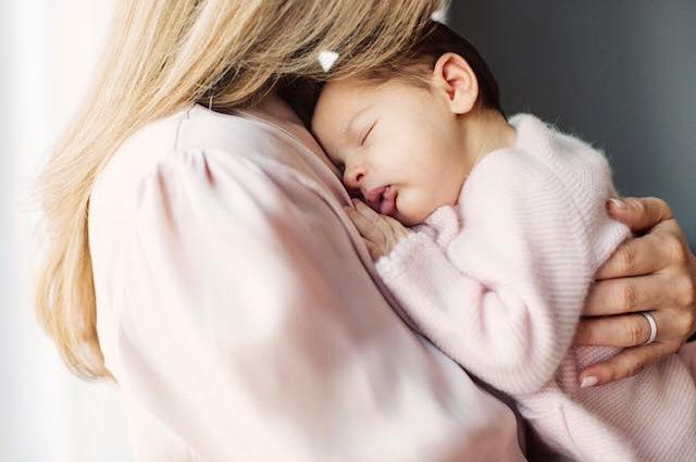 Принцесса Швеции показала официальные фото дочери-320x180