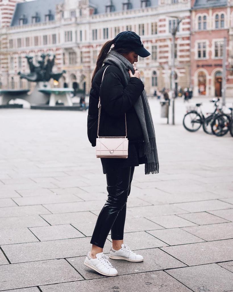 Look с белыми кроссовками