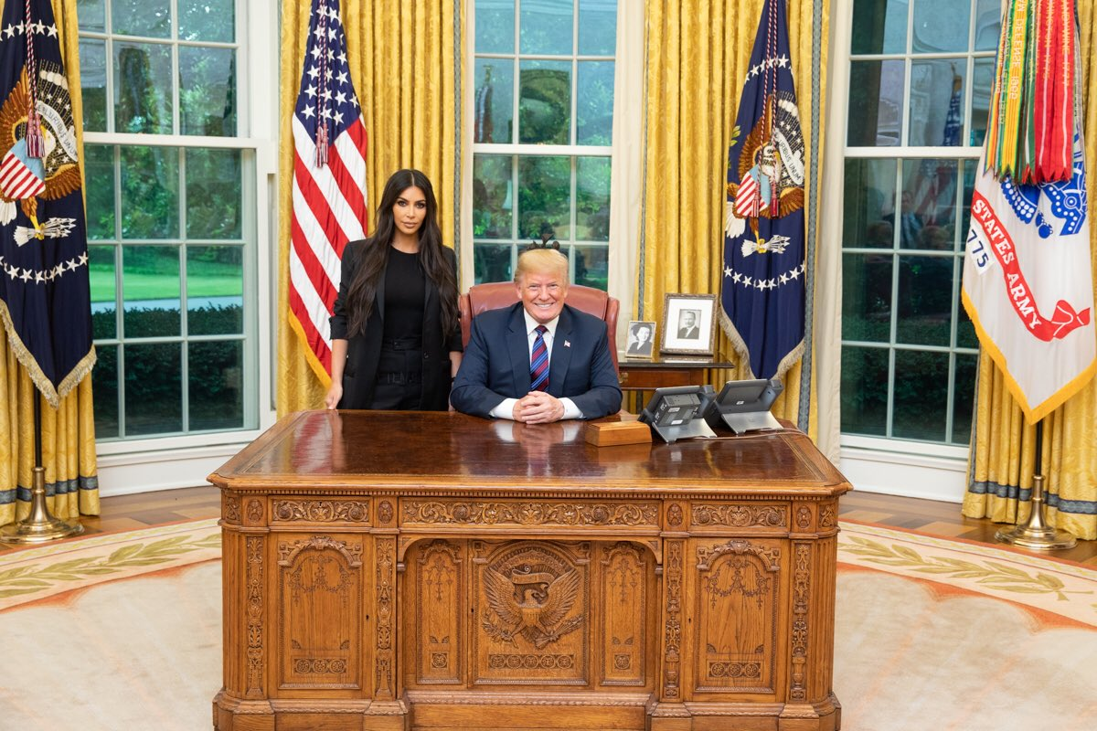 Фото дня: Ким Кардашьян встретилась с Дональдом Трампом в Белом доме-320x180
