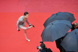 Каннский протест: Кристен Стюарт сняла обувь на красной дорожке
