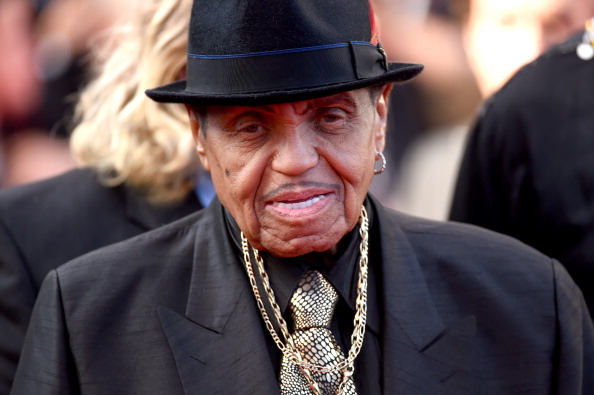 Умер 89-летний отец Майкла Джексона фото