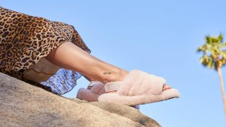 UGG выпустили пушистые сандалии-320x180