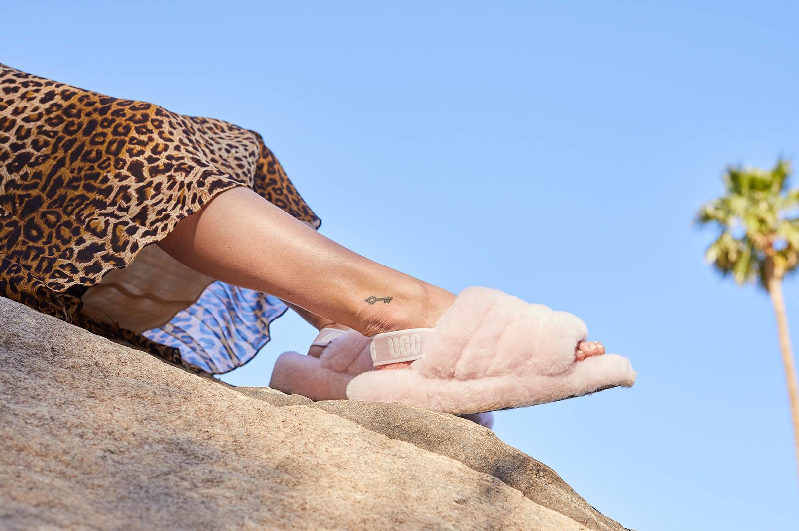 UGG выпустили пушистые сандалии-Фото 1