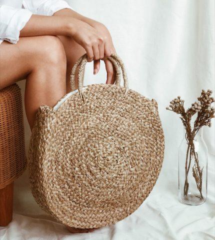 Стильные идеи для образов с соломенной сумкой-430x480
