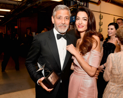 Звездный поцелуй: Джордж и Амаль Клуни не скрывали своих чувств-430x480