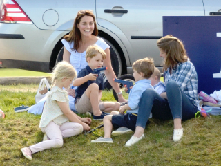 Фото дня: Кейт Миддлтон с детьми на пикнике