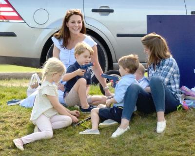 Фото дня: Кейт Миддлтон с детьми на пикнике-430x480
