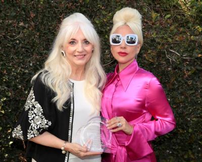 Леди Гага вышла в свет с мамой-430x480