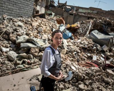 Анджелина Джоли посетила Ирак: «Люди здесь потеряли все»-430x480