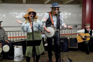 Кристина Агилера и Джимми Фэллон спели в метро