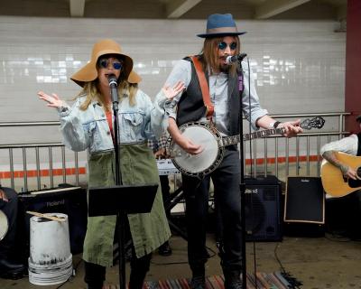 Кристина Агилера и Джимми Фэллон спели в метро-430x480