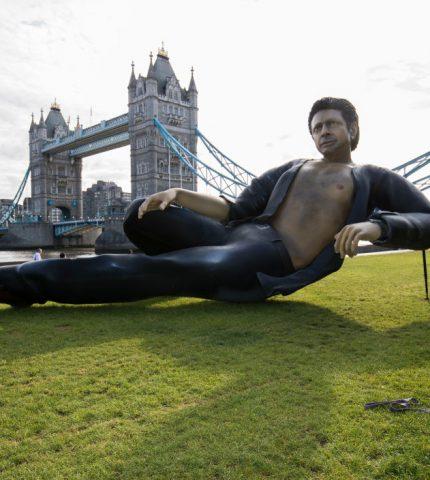 В Лондоне поставили статую актера Джеффа Голдблюма-430x480