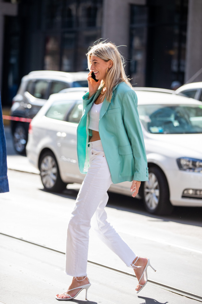Как носить белые джинсы летом-Фото 8