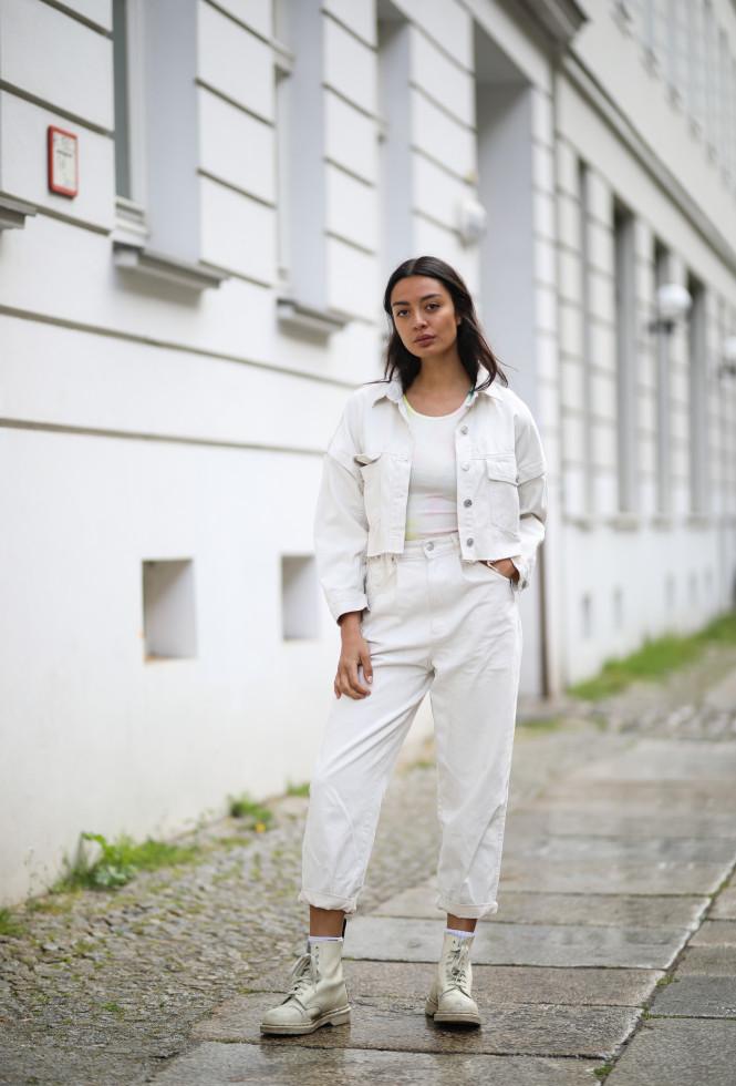 Как носить белые джинсы летом-Фото 6