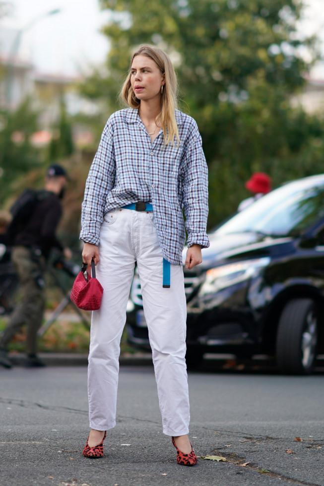 Как носить белые джинсы летом-Фото 2