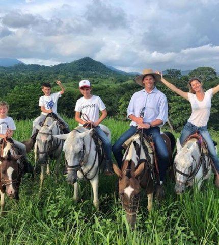 Семейная идиллия: Жизель Бюндхен и Том Брэди отдыхают с детьми в Коста-Рике-430x480