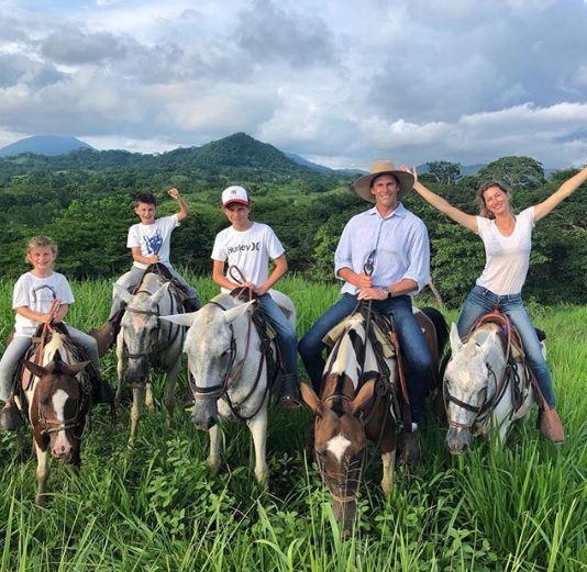 Семейная идиллия: Жизель Бюндхен и Том Брэди отдыхают с детьми в Коста-Рике-Фото 1