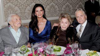 Семейная идиллия: Как 101-летний Кирк Дуглас нянчится с внучкой-320x180