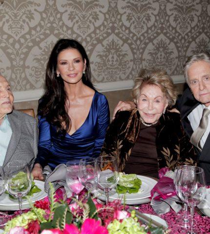 Семейная идиллия: Как 101-летний Кирк Дуглас нянчится с внучкой-430x480