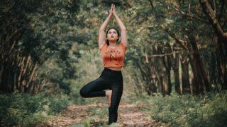 6 упражнений из йоги, которые нужно выполнять при сидячем образе жизни-320x180