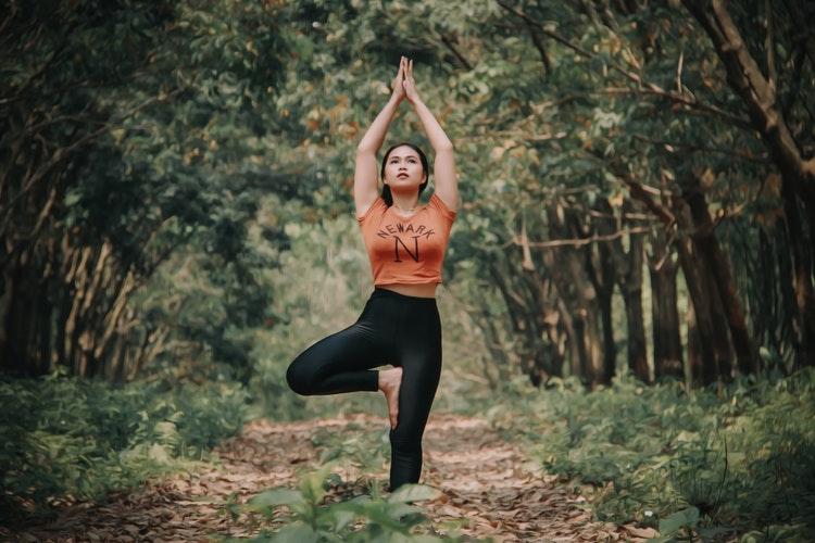 6 упражнений из йоги, которые нужно выполнять при сидячем образе жизни-Фото 1