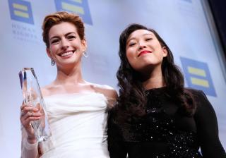 Энн Хэтэуэй получила премию за борьбу с гендерной дискриминацией