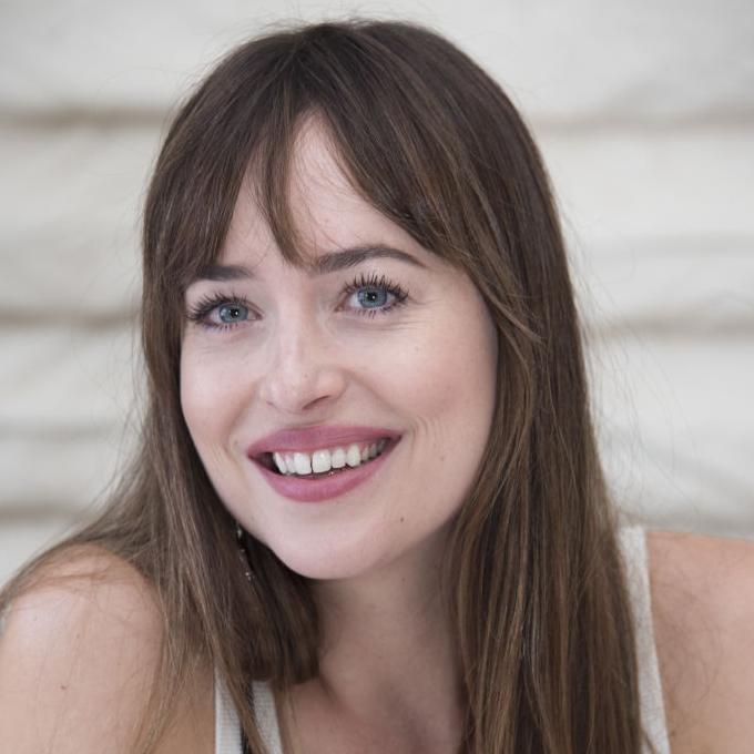 Дакота Джонсон впервые прокомментировала роман с Крисом Мартином-320x180