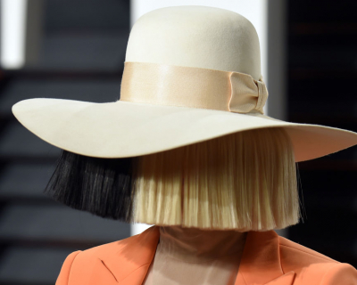 Sia отметила 8 лет трезвости-430x480