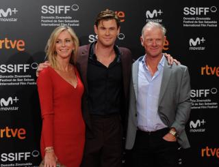 Крис Хэмсворт пришел на премьеру с родителями