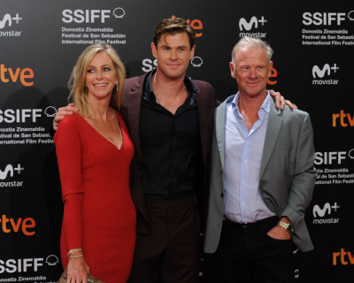 Крис Хэмсворт пришел на премьеру с родителями-430x480