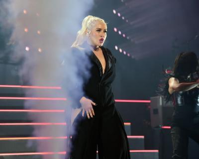 Кристина Агилера отменяет концерты: Певица потеряла голос-430x480