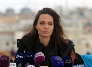 Анджелина Джоли прилетела в Перу, чтобы помочь беженцам