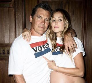 Беременная жена Джоша Бролина снялась в откровенной фотосессии