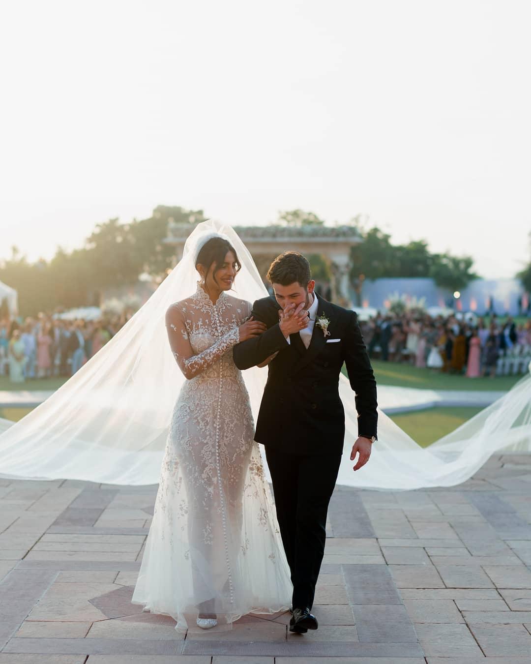 Два свадебных платья: В чем Прянка Чопра выходила замуж за Ника Джонаса-Фото 1