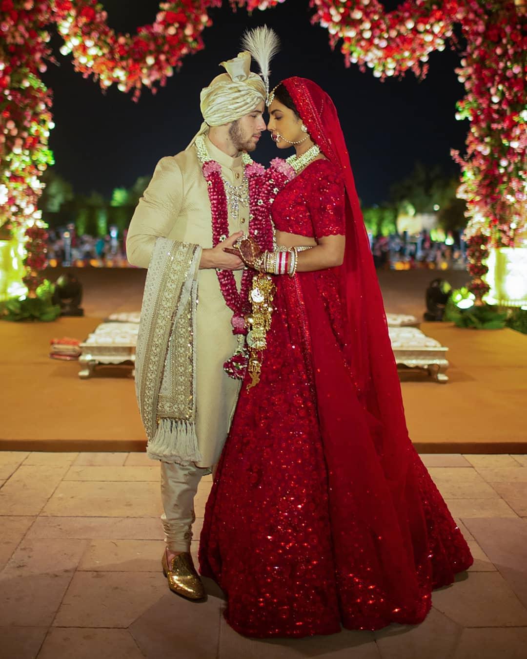 Два свадебных платья: В чем Прянка Чопра выходила замуж за Ника Джонаса-Фото 2
