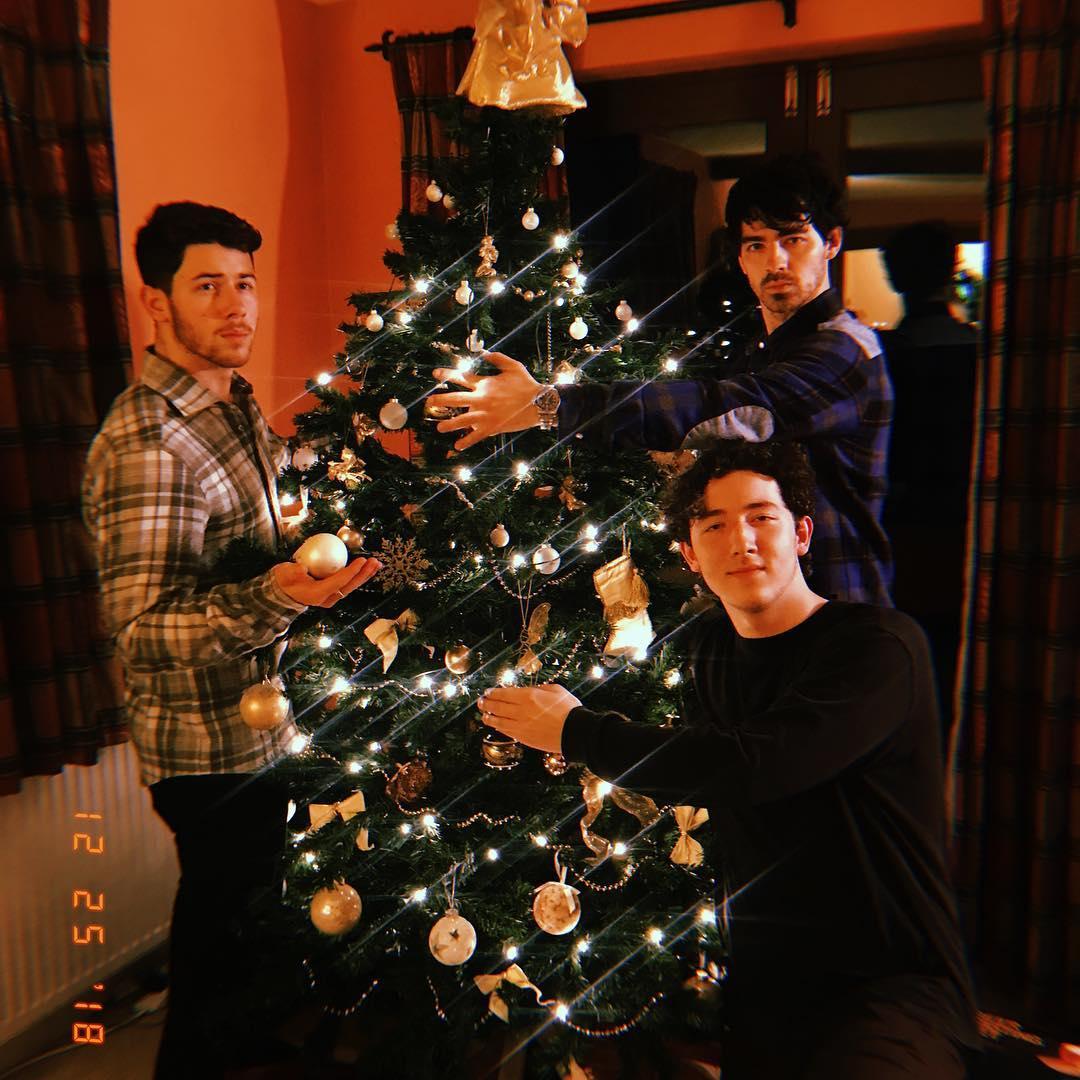 Как и с кем отмечали Рождество знаменитости в этом году-Фото 6