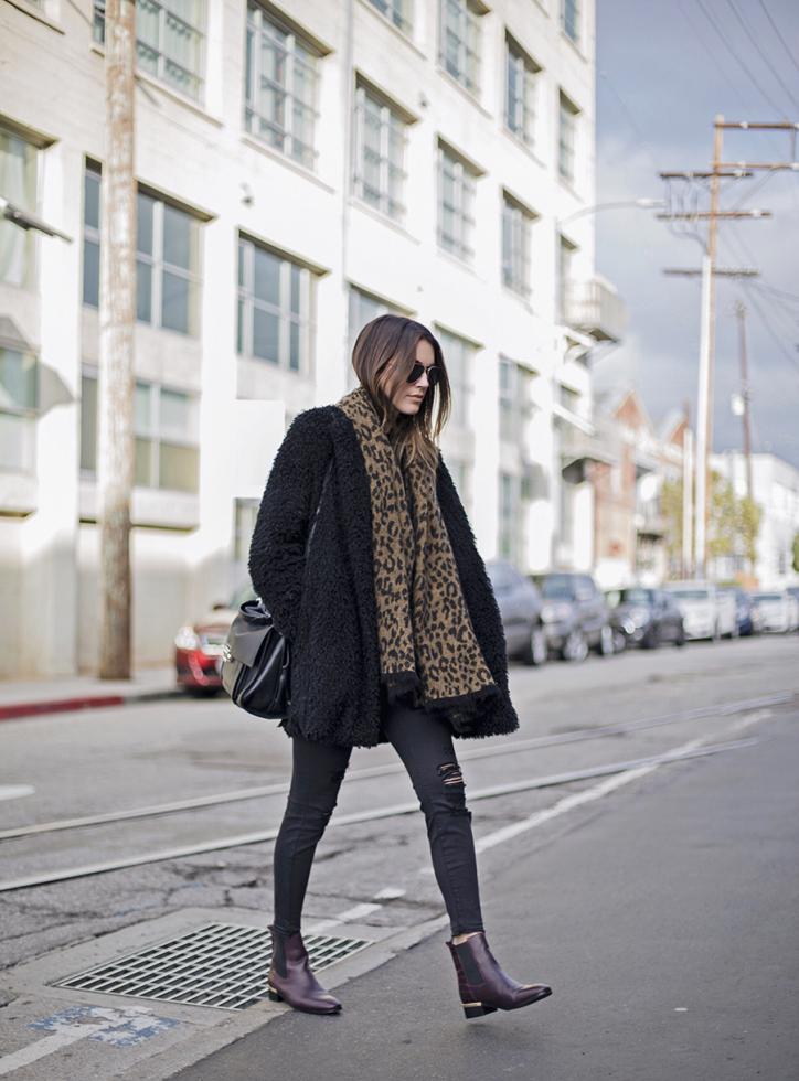 Теплый шарф: расставляем модный акцент в зимнем образе-Фото 17