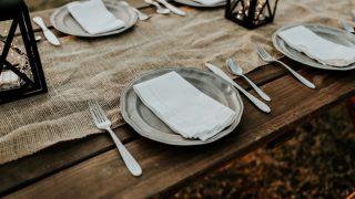 Стильно и празднично: 5 идей для декорирования новогоднего стола-320x180