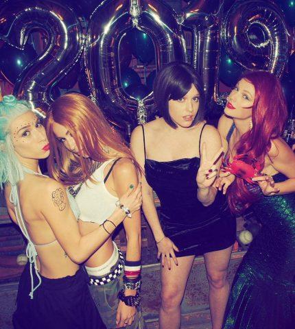Тейлор Свифт устроила костюмированную вечеринку для своих звездных друзей-430x480
