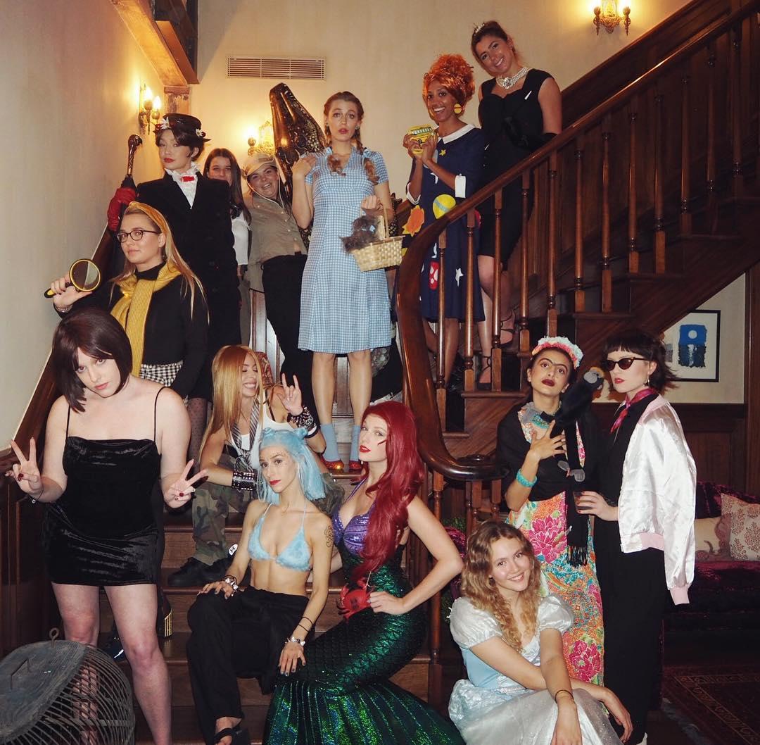 Тейлор Свифт устроила костюмированную вечеринку для своих звездных друзей-Фото 1