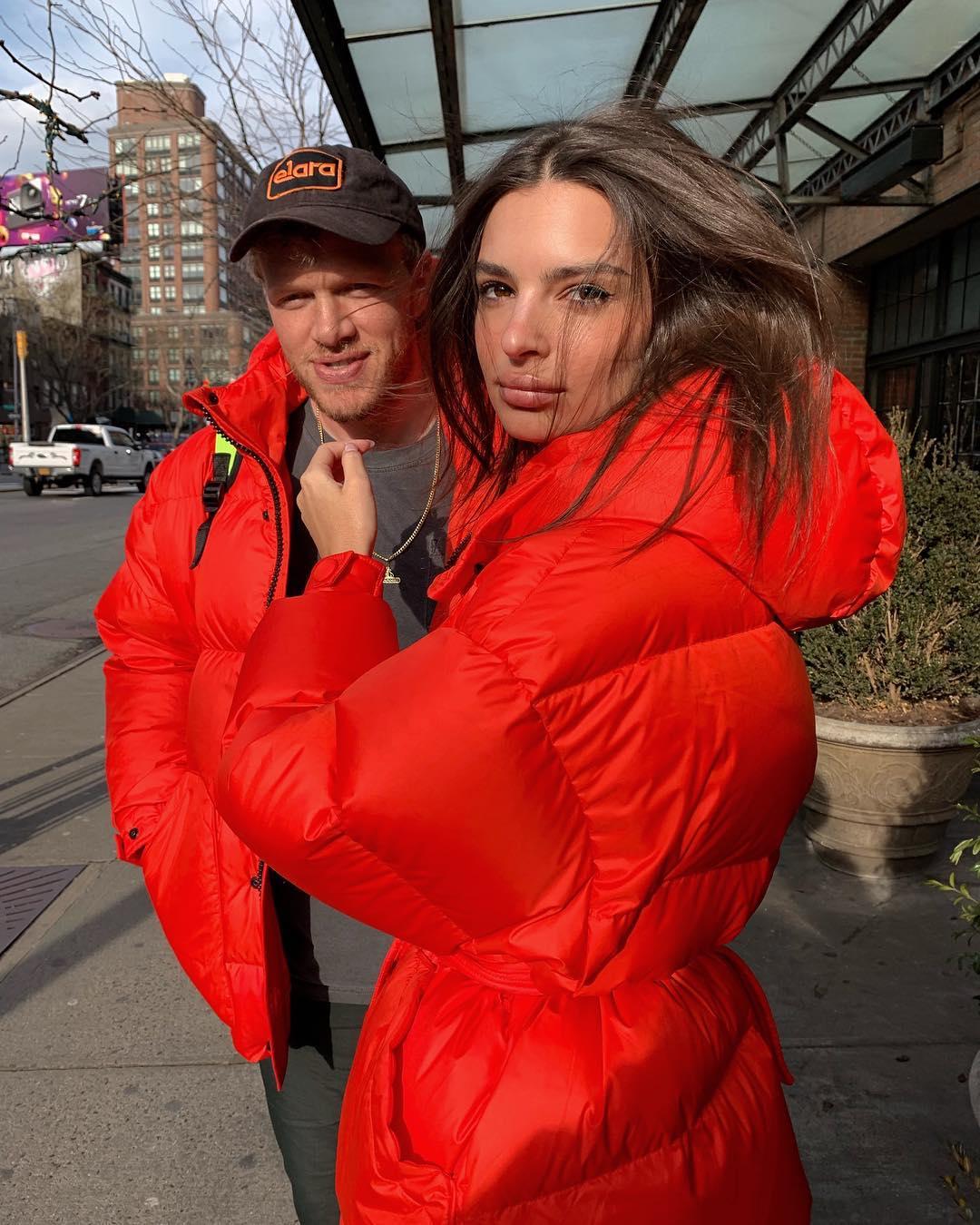 Эмили Ратаковски появилась в пуховике украинского бренда-Фото 1