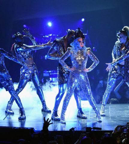Леди Гага удивила своими нарядами на концерте в Лас-Вегасе-430x480