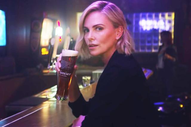 Шарлиз Терон снялась в рекламе известной марки пива-Фото 1