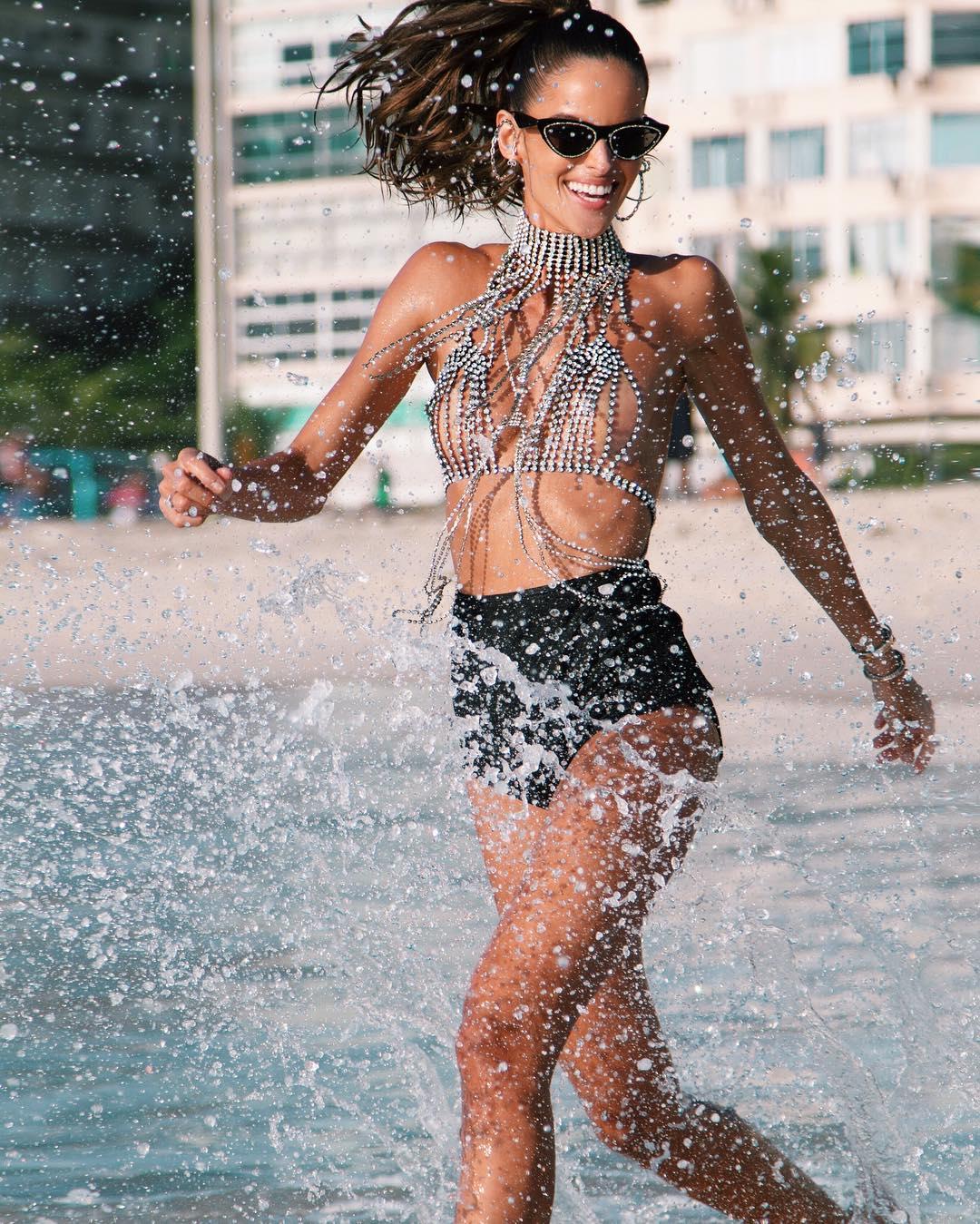 Модель Изабель Гулар появилась в откровенном наряде на карнавале в Рио-Фото 1