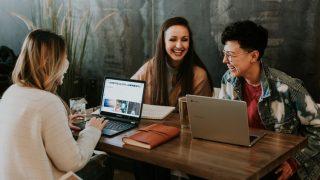 Как стать хорошим собеседником и поддержать любой разговор: 5 советов-320x180
