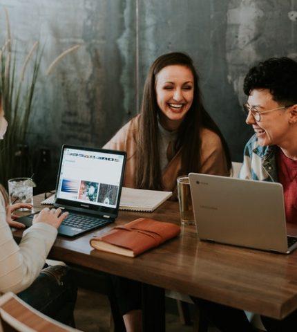 Как стать хорошим собеседником и поддержать любой разговор: 5 советов-430x480