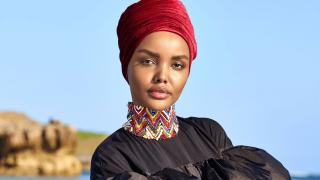 Модель в хиджабе впервые украсила спецвыпуск Sports Illustrated Swimsuit-320x180