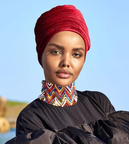 Модель в хиджабе впервые украсила спецвыпуск Sports Illustrated Swimsuit-430x480