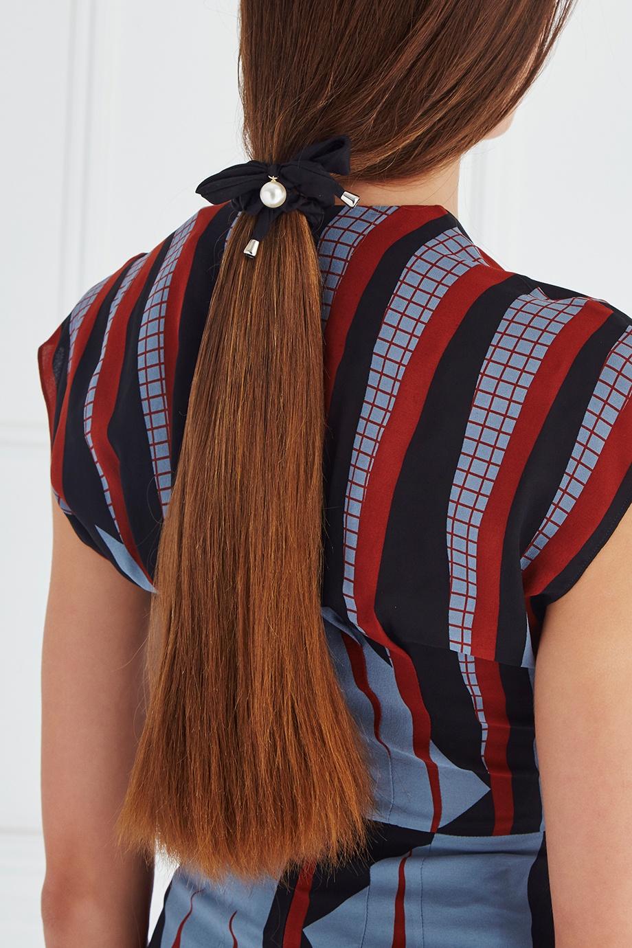 Как носить трендовые украшения из 90-х этой осенью-Фото 8