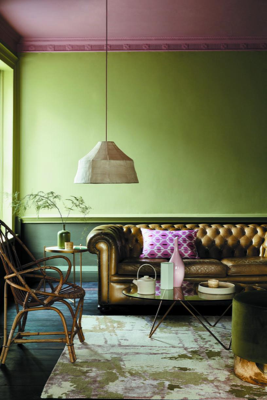 Цвет потолка — 267 Blush, стены покрашены в цвета 302 Sir Lutyens' Sage 302 и 56 Invisible Green (Little Greene)